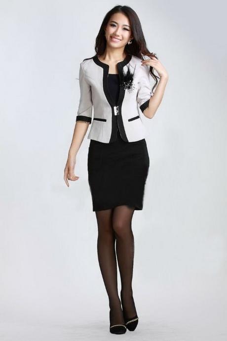 Chica japonesa en minifalda corta