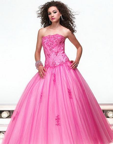 Si elijes por este lindo color para tu vestido de novia, tienes que recordar elegir un tono rosa que vaya de acuerdo al color de tu piel, y elegir un estilo apropiado, no uno que parezca más para fiesta de promoción o para quinceañera.